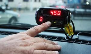 El taxímetro indica el tiempo y el costo del viaje.