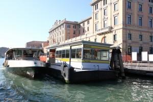 Vaporetto, autobús acuático en Venecia.