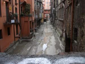 El canal de Bolonia. Oculto entre pórticos y edificios en pleno invierno