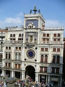 Torre de reloj ubicada en la Plaza San Marcos