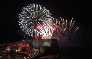 Fuegos artificailes en el fin de año en la Plaza Plebiscito en Nápoles