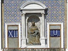 Detalle de la Virgen con el Niño en la Torre del Reloj