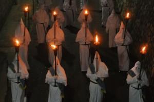 Penitentes marchan y cantan durante una procesión de Viernes Santo en Sorrento, Italia.