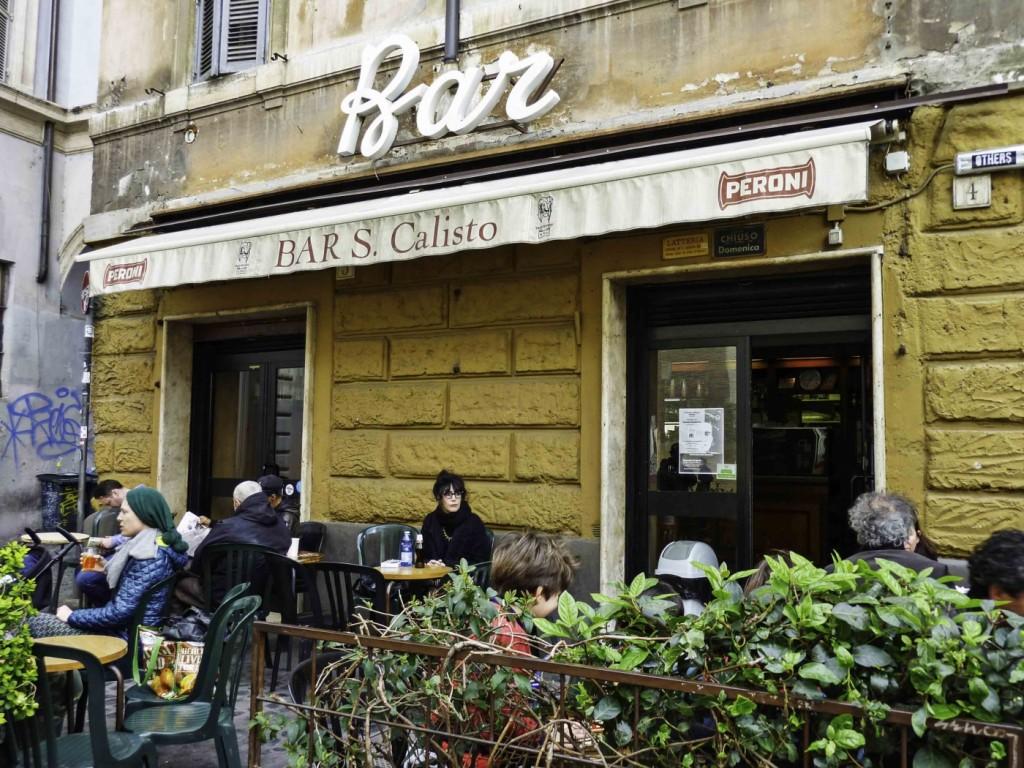 Exterior del Bar San Calisto. El bar San Calisto ofrece un ambiente tranquilo y licores a precios accesibles