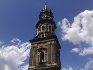 Vista del gran campanario de la Basilica di Santa Maria del Carmine Maggiore.